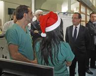"""François Hollande a passé lundi soir une partie du réveillon de la Saint-Sylvestre à visiter le service des urgences d'un grand hôpital parisien, où il a dit sa gratitude """"aux personnes qui se dévouent pour le bien public"""". /Photo prise le 31 décembre 2012/REUTERS/Rémy de la Mauvinière/Pool"""