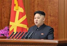 El líder de Corea del Norte, Kim Jong-un, pidió el fin de la confrontación entre las dos Coreas, que técnicamente están en guerra a falta de un acuerdo de paz tras su conflicto entre 1950-53, en un discurso sorpresa de Año Nuevo emitido en los medios estatales. Enla imagen, el líder norcoreano ofrece el discurso de Año Nuevo en una fotografía difundida por la agencia de noticias oficial de Corea del Norte KCNA, el 1 de enero de 2013. REUTERS/KCNA