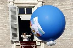 El papa Benedicto XVI dijo el martes en su mensaje de Año Nuevo que esperaba que 2013 fuera un año de paz y que el mundo estaba bajo la amenaza de un capitalismo desenfrenado, el terrorismo y la criminalidad. En la imagen, el Papa durante el rezo del Angelus desde la ventana de su apartamento privado en la Plaza de San Pedro del Vaticano, el 1 de enero de 2013. REUTERS/Giampiero Sposito