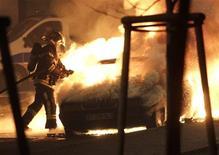 Le ministre de l'Intérieur Manuel Valls a annoncé que quelque 1.193 véhicules avaient été incendiés lors de la nuit du 31 décembre au 1er janvier et 339 personnes avaient été arrêtées cette nuit-là, dont le niveau de violence est considéré comme similaire aux précédentes années. /Photo prise le 1er janvier 2013/REUTERS/Jean-Marc Loos