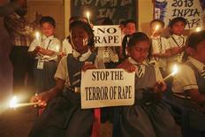 Crianças seguram cartazes enquanto rezam durante vigília por estudante indiana vítima de estupro Nova Déli, na Índia. As cinzas da estudante que morreu após ser estuprada por um grupo de homens foram espalhadas pelo rio Ganges nesta terça-feira, à medida que relatos de mais ataques acenderam um debate nacional sobre violência contra mulheres. 31/12/2012 REUTERS/Amit Dave