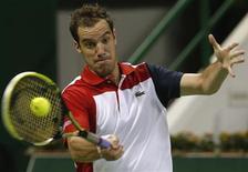 Le Français, Richard Gasquet (n°2), s'est qualifié aux dépens du Tchèque Jan Hernych 6-3 6-4 au premier tour du tournoi ATP du Qatar. /Photo prise le 1er janvier 2013/REUTERS/Jamal Saidi