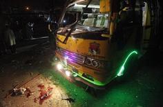 Sangue é visto próximo a ônibus após explosão de uma bomba que explodiu em uma região populosa da cidade portuária de Karachi, no sul do Paquistão, resultando em pelo menos duas mortes e 50 pessoas feridas, informou a polícia. 01/01/2013 REUTERS/Athar Hussain