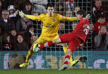 Southampton's Gaston Ramirez (R) shoots and scores a goal that was disallowed past Arsenal goalkeeper Wojciech Szczesny during their English Premier League soccer match at St Mary's Stadium in Southampton January 1, 2013. REUTERS/Eddie Keogh