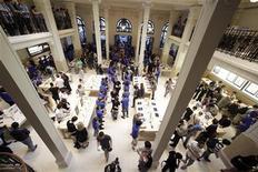 Le grand magasin Apple situé à Paris près de l'Opéra Garnier a été la cible d'un important cambriolage lundi soir, les marchandises volées représentant plusieurs milliers d'euros, a annoncé la police mardi sans confirmer les informations selon lesquelles les marchandises volées représenteraient une valeur d'un million d'euros environ. /Photo prise le 3 juillet 2010/REUTERS/Thomas White