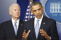 Conférence de presse de Barack Obama et de son vice-président Joe Biden. Les membres de la Chambre américaine des représentants ont approuvé mardi soir (mercredi matin à Paris) un accord déjà entériné la veille entre le Sénat et la Maison blanche, qui permet aux Etats-Unis d'éviter les 600 milliards de dollars de hausses d'impôts et de baisses des dépenses publiques du 'mur budgétaire'. /Photo prise le 1er janvier 2012/REUTERS/Jonathan Ernst