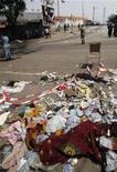 Al menos 61 personas murieron aplastadas en una estampida después de un espectáculo con fuegos artificiales para recibir el Año Nuevo en un estadio en la principal ciudad de Costa de Marfil, Abiyán, dijeron el martes las autoridades. En la imagen, pertenencias en la zona donde ocurrió la estampida en Abiyán, el 1 de enero de 2013. REUTERS/Thierry Gouegnon