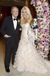 """El octogenario fundador de Playboy Hugh Hefner cambió brevemente su icónico pijama de seda por un esmoquin para casarse con Crystal Harris, en una ceremonia celebrada en Nochevieja con la que fuera su """"novia fugitiva"""". En la imagen, de 31 de diciembre, el fundador de Playboy Hugh Hefner junto a su ya esposa Crystal Harris el día de su boda. REUTERS/Elayne Lodge/PEI/Handout"""