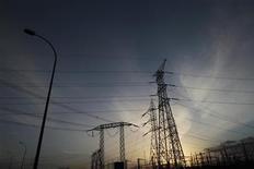 El Gobierno español ha suprimido los límites para el denominado déficit de la tarifa eléctrica, o diferencia entre los ingresos y los costes regulados del sistema, que fijaban un tope de 1.500 millones de euros en 2012 y un déficit cero en 2013. En la imagen de archivo, torres de alta tensión en las afueras de Madrid, el 7 de marzo de 2011. REUTERS/Susana Vera