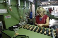 La actividad manufacturera en España se contrajo por vigésimo mes consecutivo en diciembre, reveló el miércoles un sondeo que sugiere que la renqueante economía del país se mantuvo inmersa en un profundo bache al final del año. En la imagen de archivo, una trabajadora revisa tapones de corcho en una fábrica de Palafrugell, cerca de Girona, el 23 de agosto de 2012. REUTERS/Gustau Nacarino