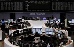 Las bolsas europeas registraban sólidos avances el miércoles después de que EEUU acordara un nuevo pacto para evitar unas importantes subidas de impuestos y unos recortes en el gasto. En la imagen, traders en la Bolsa de Fráncfort, el 2 de enero de 2013. REUTERS/Remote/Joachim Herrmann
