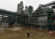 Raffinerie à Yaroslavl, à environ 250 km au nord-est de Moscou. La production pétrolière russe a augmenté d'environ 1% en 2012 à une moyenne annuelle record de 10,37 millions de barils par jours, contre 10,27 millions en 2011, selon des chiffres publiés mercredi par le ministère de l'Energie. /Photo prise le 25 octobre 2012/REUTERS/Maxim Shemetov