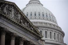 Pour le Congrès, l'idée de départ, en août 2011, consistait à fixer une date butoir, celle du 31 décembre 2012, en brandissant la menace d'une réduction draconienne et automatique des dépenses publiques conjuguée à celle d'une lourde augmentation de l'impôt sur les revenus, afin de contraindre des élus divisés à s'attaquer sérieusement au déficit budgétaire. L'idée était elle-même censée résoudre un autre problème de date butoir, celui de la dette fédérale. Le plan adopté mardi soi devrait creuser les déficits de près de 4.000 milliards de dollars sur dix ans. /Photo d'archives/REUTERS/Joshua Roberts
