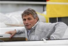 """Le bateau """"Cheminées Poujoulat"""" du Suisse Bernard Stamm a été disqualifié du Vendée Globe - tour du monde à la voile sans sans escale et sans assistance - pour avoir reçu une assistance lors d'un arrêt dans les mers du Sud. /Photo prise le 8 novembre 2012/REUTERS/Charles Platiau"""