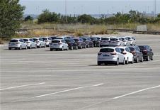 Las ventas de coches nuevos en España en 2012 cayeron un 13,4 por ciento a 699.589 unidades, según datos facilitados el miércoles por un portavoz de la Asociación de Fabricantes e Automóviles y Camiones (Anfac). En la imagen, coches en un casi vacío parking de la fábrica de la empresa Ford Motor en Almussafes, cerca de Valencia, el pasado 5 de septiembre de 2012. REUTERS/Heino Kalis