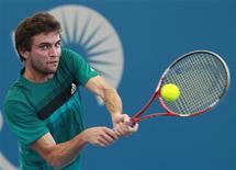 Le Français Gilles Simon s'est qualifié pour les quarts de finale du tournoi ATP de Brisbane, mercredi, au terme d'un match en deux sets très accrochés 7-6(5) 7-6(5) contre le Colombien Alejandro Falla. /Photo prise le 2 janvier 2013/REUTERS/Daniel Munoz