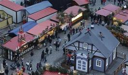 "A general overview shows the so-called ""Striezelmarkt"" Christmas market in the eastern German town of Dresden, December 20, 2012. REUTERS/Tobias Schwarz (GERMANY - Tags: SOCIETY)"