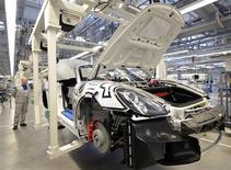 Carro Porsche Boxter é montado em linha de planta da Volkswagen em Osnabrueck, Alemanha. A desaceleração da atividade industrial da zona do euro se aprofundou em dezembro uma vez que as novas encomendas caíram, mostrou nesta quarta-feira a pesquisa PMI, sugerindo que recessão da economia pode ter se ampliado no último trimestre de 2012. 19/09/2012 REUTERS/Fabian Bimmer