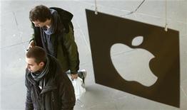 Assaltantes invadiram uma loja da Apple em Paris na véspera do Ano Novo, levando milhares de euros em mercadorias. 02/11/2012 REUTERS/Suzanne Plunkett