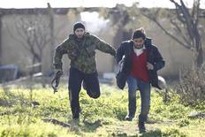 Al menos 30 civiles murieron el miércoles cuando aviones sirios bombardearon una gasolinera en un suburbio en manos de los insurgentes en el límite este de Damasco, informaron dos activistas de la oposición en el lugar del ataque. En la imagen, combatientes del Ejército Libre Sirio corren para cubrirse desde la línea del frente cerca de un aeropuerto militar, en el norte de Alepo, el 31 de diciembre de 2012. REUTERS/Abu Muhammad Al-Azazi/Shaam News Network/