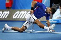El número uno del mundo Novak Djokovic sufrió el miércoles una sorprendente derrota frente al australiano Bernard Tomic en la Copa Hopman por equipos, dos semanas antes de la defensa de su título del Abierto de Australia. En la imagen, Novak Djokovic pierde pie durante su partido contra el australiano Bernard Tomic en la Copa Hopman, en Perth, el 2 de enero de 2013. REUTERS