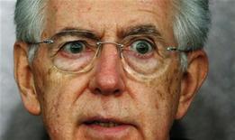 Mario Monti durante la conferenza stampa dello scorso 23 dicembre. REUTERS/Alessandro Bianchi