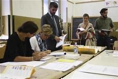 Un seggio elettorale in una immagine di archivio REUTERS/Massimo Barbanera