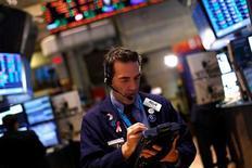 Las acciones estadounidenses abrieron con fuertes subidas en el primer día de transacciones de 2013 después de que los legisladores lograron un acuerdo para evitar una serie de recortes de gasto y subidas de impuestos que amenazaban con dañar seriamente la economía. En la imagen, un operador trabaja en la Bolsa de Nueva York en el último día de operaciones del año, el 31 de diciembre de 2012. REUTERS/Joshua Lott