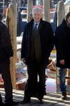 El primer ministro italiano en funciones, Mario Monti, prometió el miércoles reducir los impuestos laborales para impulsar el crecimiento, abandonando su postura neutral de tecnócrata y lanzando la primera ofensiva en su intento por ser elegido en las próximas elecciones. En la imagen, el primer ministro italiano en funciones, Mario Monti, durante una visita privada a Venecia el 29 de diciembre de 2012. REUTERS/Manuel Silvestri