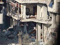 """Al menos 60.000 personas han muerto en la guerra civil de Siria, dijo el miércoles la comisaria de Derechos Humanos de Naciones Unidas, Navi Pillay, al mencionar un """"exhaustivo"""" estudio llevado a cabo por la entidad. En la imagen, edificios dañados por lo que los activistas describen como bombardeos de trpas sirias leales al presidente Bashar el Asad en Erbeen, cerca de Damasco, el 30 de diciembre de 2012. REUTERS/Bassam Al-Erbeeni/Shaam News Network/Handout ESTA IMAGEN HA SIDO PROPORCIONADA POR UN TERCERO. REUTERS LA DISTRIBUYE, EXACTAMENTE COMO LA RECIBIÓ, COMO UN SERVICIO A SUS CLIENTES. SÓLO PARA USO EDITORIAL, NI VENTAS NI PARA SU VENTA PARA CAMPAÑAS DE MARKETING O PUBLICIDAD."""