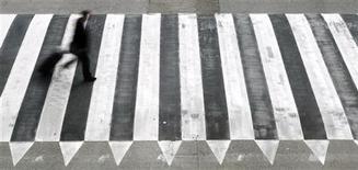 Durante el año 2012, fallecieron en España por accidentes de tráfico en carretera un total de 1.304 personas, un 12 por ciento menos que el año anterior, y una cifra similar a la registrada en 1960. En esta imagen de archivo, un hombre cruza un pase de cebra en el aeropuerto de Barcelona, el 11 de junio de 2012. REUTERS/Albert Gea