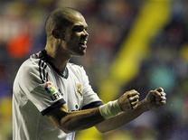 El central del Real Madrid Pepe fue sometido a cirugía artostrópica en el tobillo derecho el miércoles, según informó el club, creando más problemas en defensa al entrenador José Mourinho. En la imagen de archivo, Pepe celebra un gol del Real Madrid en un partido de Liga el pasado 11 de noviembre. REUTERS/Heino Kalis