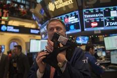 Un operador en el parqué de Wall Street en Nueva York, ene 2 2013. Las acciones estadounidenses subían en el primer día de transacciones del 2013 después de que el Congreso de Estados Unidos aprobó un acuerdo para evitar masivas alzas impositivas y recortes en el gasto que amenazaban con golpear el crecimiento económico. REUTERS/Keith Bedford