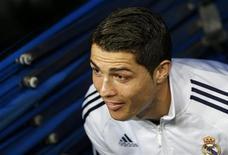 Cristiano Ronaldo evitará discusiones sobre las posibles negociaciones para ampliar su contrato con el Real Madrid y planea centrarse en ganar partidos, según dijo el miércoles. En la imagen de archivo, Ronaldo se asoma por la salida del túnel de vestuarios antes de un partido en el Santiago Bernabéu. REUTERS/Juan Medina