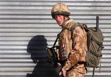 """Imagen de archivo del príncipe Enrique de Gran Bretaña durante una patrulla en la provincia de Helmand, Afganistán, ene 2 2008. Un caudillo de la insurgencia afgana calificó el miércoles al príncipe Enrique de Gran Bretaña como un """"chacal"""" ebrio y sinvergüenza, que salió a matar a afganos inocentes mientras prestaba servicio como piloto de un helicóptero de ataque para las fuerzas de la OTAN en el país del centro de Asia. REUTERS/John Stillwell/Pool"""
