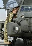 """Un caudillo de la insurgencia afgana calificó el miércoles al príncipe Enrique de Inglaterra como un """"chacal"""" ebrio y sinvergüenza, que salió a matar a afganos inocentes mientras prestaba servicio como piloto de un helicóptero de ataque para las fuerzas de la OTAN en el país del centro de Asia. En esta imagen de archivo, el príncipe Enrique de inglaterra sube para examinar la cabina de un helicóptero Apache en la base Bastion en Afganistán, el 7 de septiembre de 2012. REUTERS/John Stillwell/pool"""