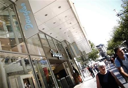Pedestrians pass a branch of perfumery chain Douglas in Frankfurt August 28, 2012. REUTERS/Alex Domanski (GERMANY - Tags: BUSINESS)