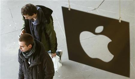 Customers leave the Apple store after buying iPad minis in London November 2, 2012. REUTERS/Suzanne Plunkett/Files