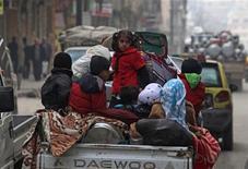 Más de 60.000 personas han muerto en Siria desde que empezó la revuelta que desencadenó una guerra civil, dijo el miércoles Naciones Unidas, al elevar de forma drástica la cifra estimada de víctimas mortales sin señales de tregua a la vista. En la imagen, niños sirios en una camioneta en Alepo, el 2 de anero de 2013. REUTERS/Muzaffar Salman