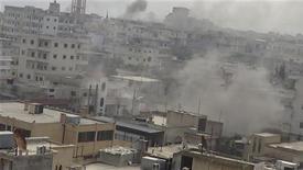 """Fumaça é vista no cidade síria Binsh, após explosões de mísseis. O conflito na Síria já deixou pelo menos 60 mil mortos, disse nesta quarta-feira a comissária de Direitos Humanos da Organização das Nações Unidas (ONU), Navi Pillay, citando um """"exaustivo"""" estudo do órgão. 02/01/2013 REUTERS/Muhammad Najdet Qadour/Shaam News Network/Handout"""
