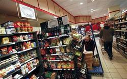 L'inflation a augmenté en Allemagne au mois de décembre et a atteint 2,1% en rythme annuel, selon la première estimation publiée mercredi par l'Office fédéral des statistiques. Cette accélération est due notamment à la forte hausse des prix des produits alimentaires et des tarifs des séjours touristiques. /Photo d'archives/REUTERS/Fabrizio Bensch