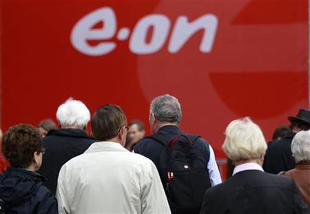Shareholders arrive for the annual meeting of German utility giant E.ON in Essen May 3, 2012. REUTERS/Ina Fassbender (GERMANY - Tags: BUSINESS ENVIRONMENT)