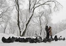 La mayoría de los estadounidenses cree en el amor a primera vista, nunca ha leído el correo electrónico de su pareja y cree que el buen sexo es muy importante para el éxito de una relación, según un sondeo publicado el miércoles. En la imagen, una pareja en un día nevado en un parque de Kiev, el 25 de diciembre de 2012. REUTERS/Anatolii Stepanov