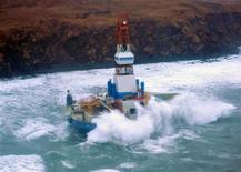 """La plataforma petrolífera a la deriva que se varó en Alaska en Nochevieja arrastró a las dos embarcaciones que intentaban controlarla durante más de 10 millas en poco más de una hora, antes de que las tripulaciones la soltaran para salvarse de una situación """"casi de huracán"""". En la imagen, olas rompiendo contra la plataforma petrolífera Kulluk al sudeste de la isla de Stikalidak, en Alaska, el 1 de enero de 2013. REUTERS/Petty Officer 3rd Class Jonathan Klingenberg'/USCG/Handout ESTA IMAGEN HA SIDO PROPORCIONADA POR UN TERCERO. REUTERS LA DISTRIBUYE, EXACTAMENTE COMO LA RECIBIÓ, COMO UN SERVICIO A SUS CLIENTES. SÓLO PARA USO EDITORIAL, NI VENTAS NI PARA SU VENTA PARA CAMPAÑAS DE MARKETING O PUBLICIDAD."""
