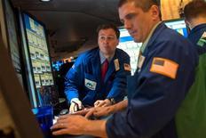 Wall Street comenzó el miércoles sus operaciones en 2013 con su mejor día en más de un año, impulsada por el alivio que trajo el acuerdo de último minuto alcanzado en Washington para evitar el temido abismo fiscal. En la imagen, operadores en la Bolsa de Nueva York, el 2 de enero de 2013. REUTERS/Keith Bedford