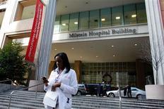 La secretaria de Estado de Estados Unidos, Hillary Clinton, abandonó el miércoles el Hospital Presbiteriano de Nueva York, junto a su esposo, Bill, su hija, Chelsea, y un asesor, dijo un testigo de Reuters. En la imagen, una empleada del hospital frente al Hospital Presbiteriano de Nueva York donde la secretaria de Estado estaba ingresada, el 31 de diciembre de 2012. REUTERS/Eduardo Muñoz
