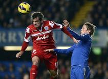 Fernando Torres de Chelsea (en bleu) face à Ryan Nelson des QPR. Dernier de Premier League, Queens Park Rangers (QPR) s'est imposé mercredi soir 1-0 sur sa pelouse contre Chelsea grâce à une réalisation de Shaun Wright-Phillips. /Photo prise le 2 janvier 2013/REUTERS/Dylan Martinez