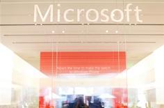 Microsoft adquirió id8 Group R2 Studios en lo que parece ser un intento por expandirse más en los sectores del hogar y el entretenimiento, dijo el miércoles una fuente familiarizada con el asunto. En la imagen, de 18 de enero de 2012, el logo de Microsoft en el interior de una tienda en San Diego. REUTERS/Mike Blake