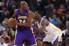Kobe Bryant dijo que Los Angeles Lakers están sufriendo de vejez, pero que todavía cree que tanto él como sus compañeros de equipo pueden enderezar el barco a tiempo para meterse en los playoff. En la imagen, de 22 de diciembre, Kobe Bryant en un partido contra Golden State Warriors en Oakland. REUTERS/Stephen Lam