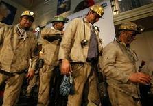 Funcionários da mineradora Bergwerk West deixam palco durante cerimônia de fechamento de mina de carvão na cidade de Kamp-Lintfort, Alemanha. 21/12/2012 REUTERS/Wolfgang Rattay